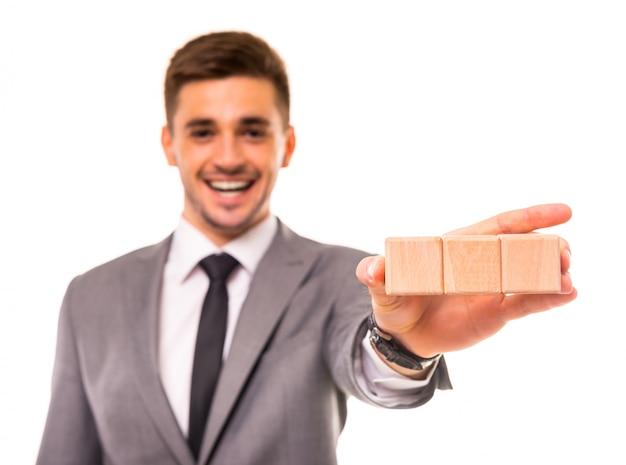 Um, homem, plataformas, com, cubos, em, seu, mãos