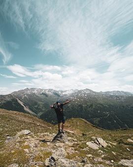 Um homem posando nas montanhas