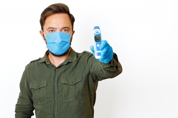 Um homem que está sendo medido a temperatura corporal com um termômetro sem contato e mostra o mostrador 36.6.