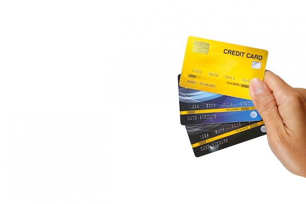 Um homem que mostra o isolado de três cartões de crédito no fundo branco.
