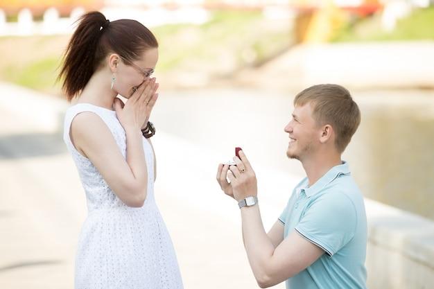 Um homem que oferece a mão à sua amada mulher