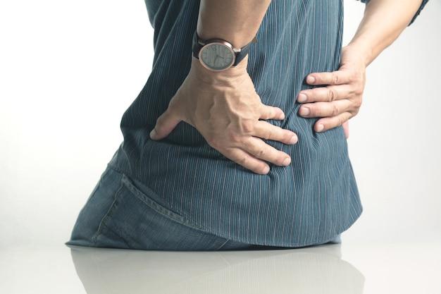 Um homem que sofre de dor nas costas, lesão medular e problema de emissão muscular no exterior.