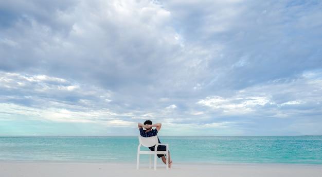 Um, homem, relaxe, sentar, branco, cadeira, praia, branca, areia, e, turquesa, mar, cor, em, maldives