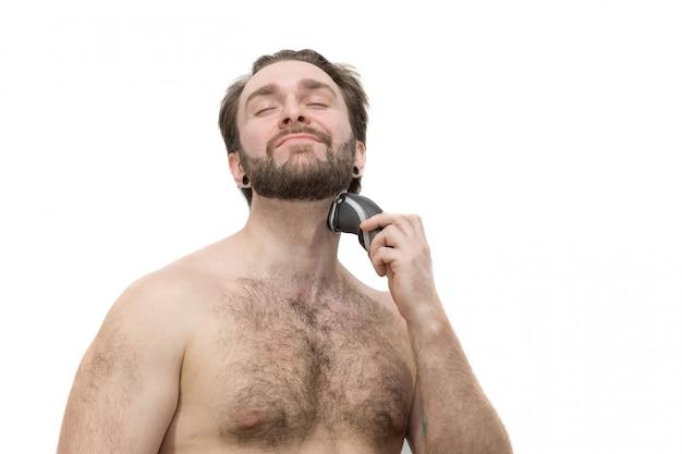 Um homem se barbeia contra um fundo branco