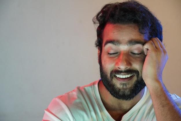 Um homem se sente relaxado e feliz