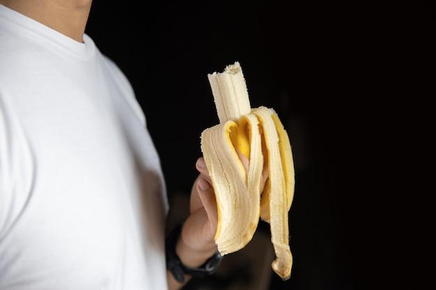 Um, homem, segurando, mordido, banana