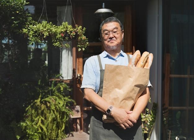 Um, homem, segurando, um, sacola pão