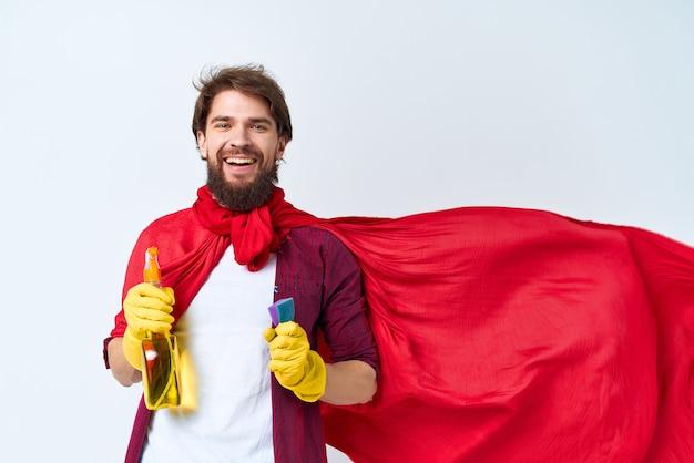 Um homem sentado no chão com uma capa vermelha, limpeza, higiene, higiene, assistência domiciliar