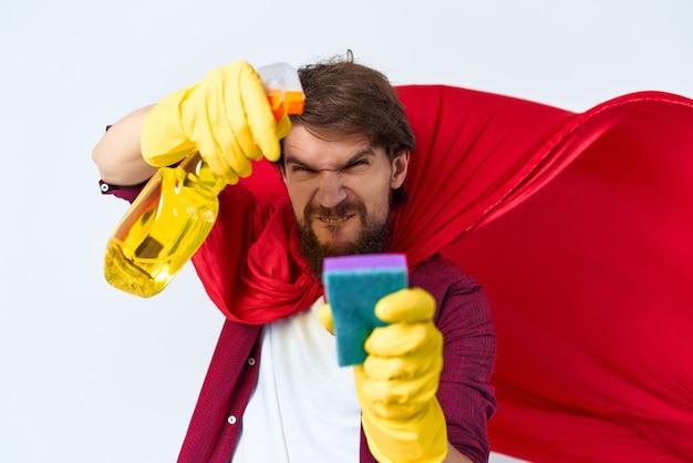 Um homem sentado no chão de manto vermelho lavando acessórios prestação de serviços