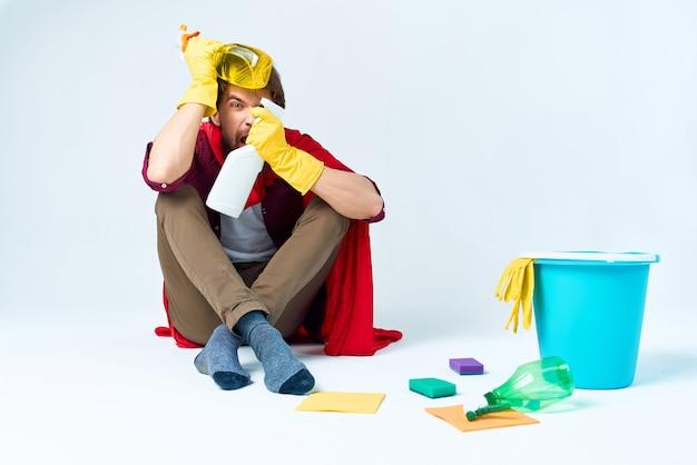 Um homem sentado no chão, limpando, higiene, higiene, assistência domiciliar. foto de alta qualidade