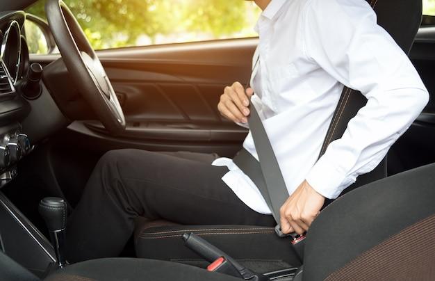 Um homem sentado no cinto de segurança do carro