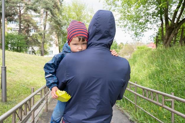 Um homem sequestra uma criança