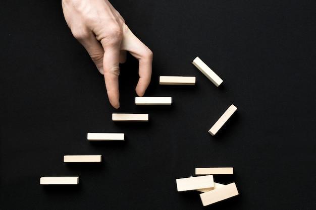 Um homem sobe as escadas. a crise econômica, riscos financeiros.