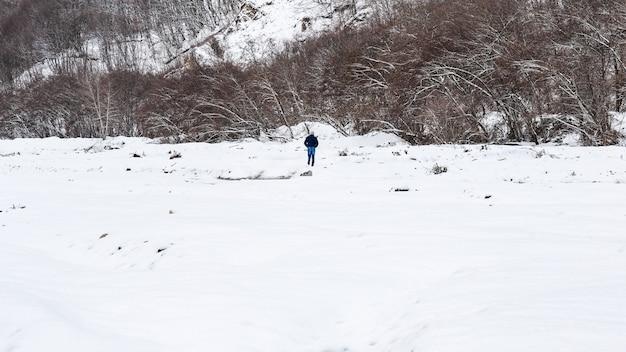 Um homem solitário caminha na neve
