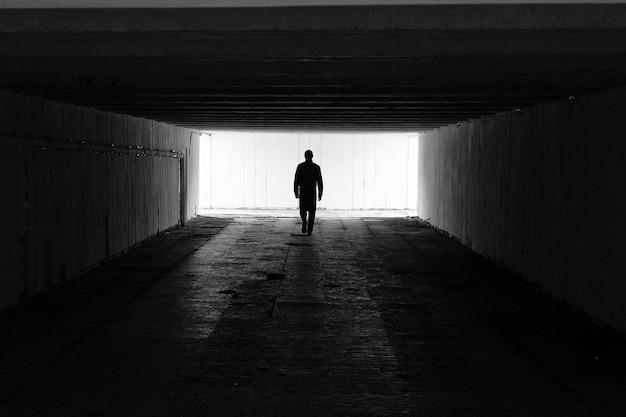 Um homem sozinho vai como um símbolo do caminho e do desconhecido
