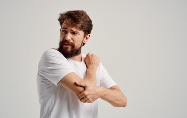 Um homem tem dor na mão, pulso, cotovelo, músculo, atrofia