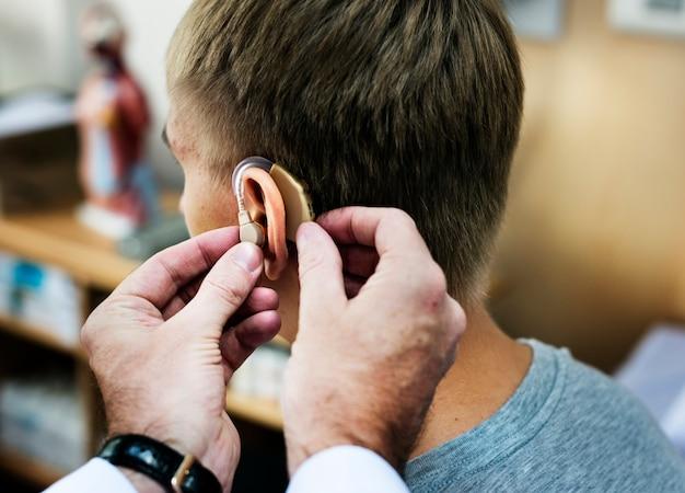 Um, homem, tendo, seu, orelhas, verificado