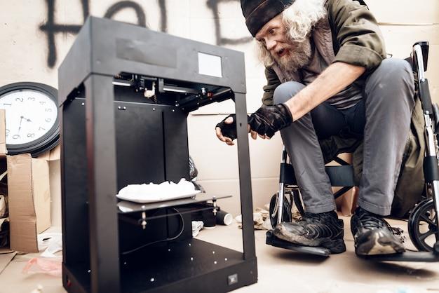 Um homem tira um merengue de uma impressora 3d.