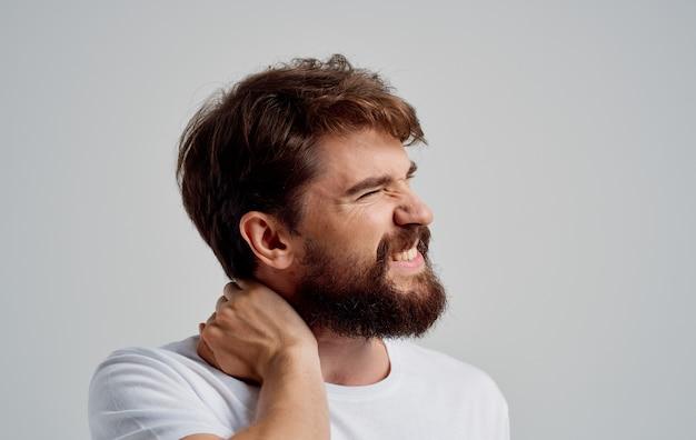 Um homem toca seu pescoço com as mãos osteocondrose dor na coluna