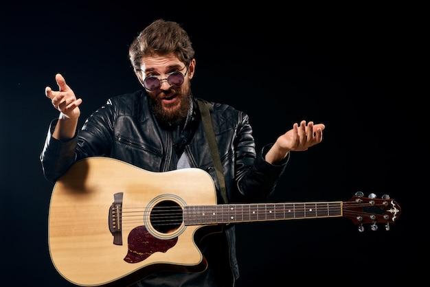 Um homem toca violão