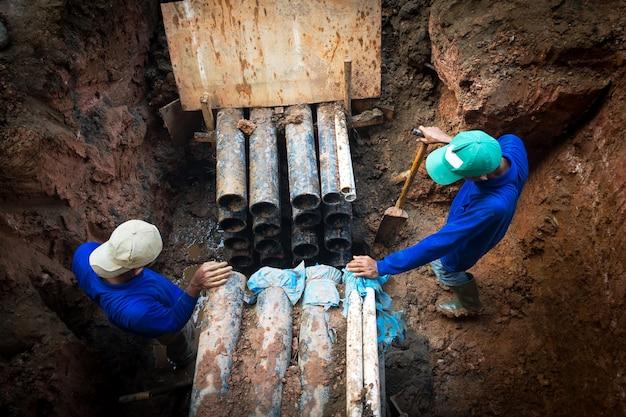 Um homem trabalhando para instalar ou reparar linhas elétricas,