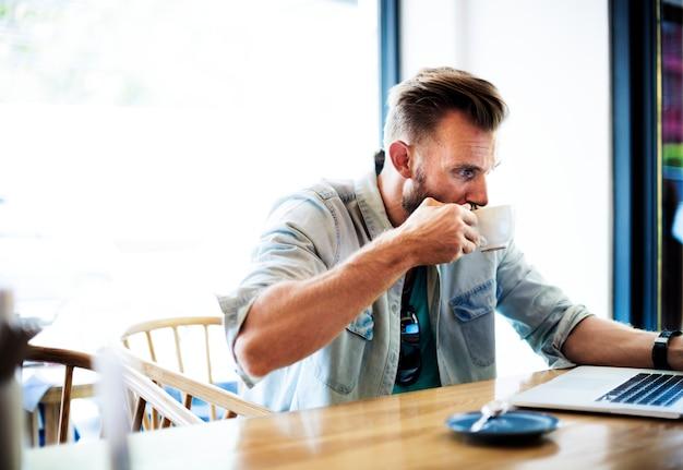 Um, homem, trabalhando, seu, laptop, em, um, loja café