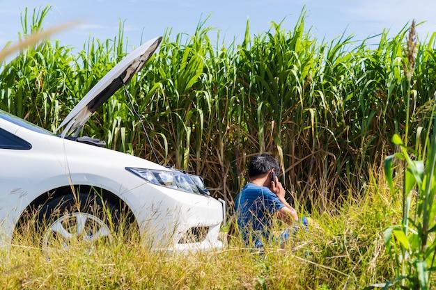 Um, homem, usando, um, telefone, enquanto, tendo, um, problema, car, estrada