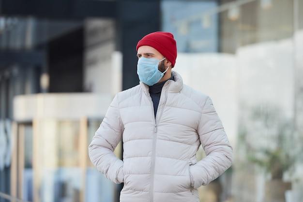 Um homem usando uma máscara médica para evitar a propagação do coronavírus (covid-19).