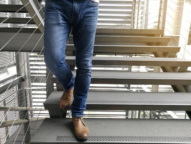 Um homem vestindo jeans