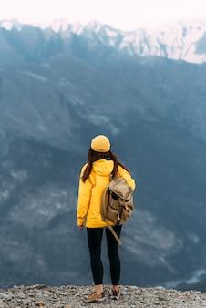 Um homem viaja pelo cáucaso. esportes de montanha. turismo de montanha. passeio a pé. a jornada para as montanhas. homem no fundo das montanhas. copie o espaço