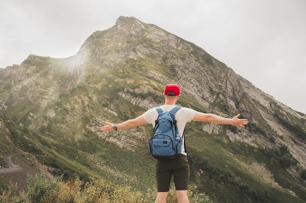 Um homem viaja pelo mundo e gosta de turismo o cara estende os braços para os lados e sente a liberdade em ...