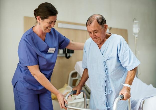 Um idoso doente ficar em um hospital