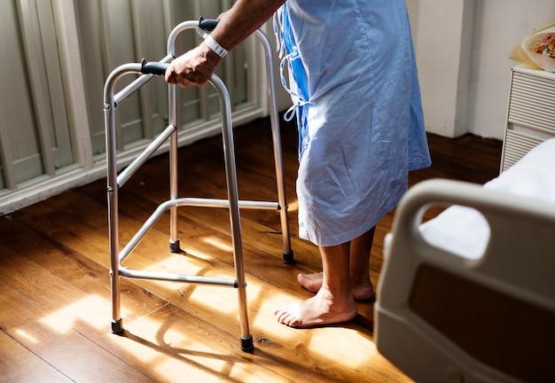 Um idoso doente hospedado em um hospital