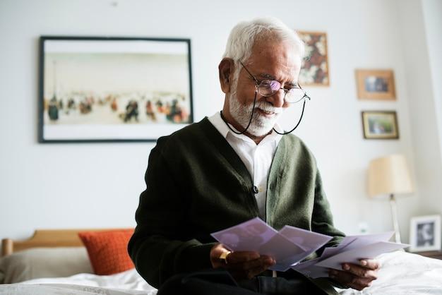 Um idoso indiano na casa de repouso