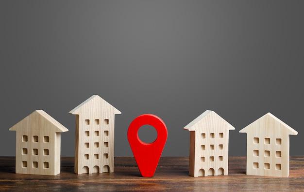 Um indicador de localização vermelho fica entre edifícios residenciais.