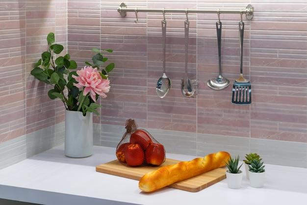Um interior moderno da sala da mini cozinha do estilo com alguns alimentos.