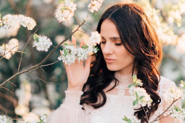 Um jardim florido com uma bela jovem dentro