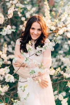 Um jardim florido com uma linda jovem