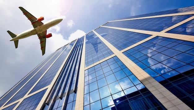 Um, jato, avião, voando baixo, sobre, edifício escritório