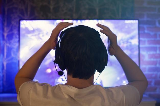 Um jogador ou streamer joga jogos de vídeo online.