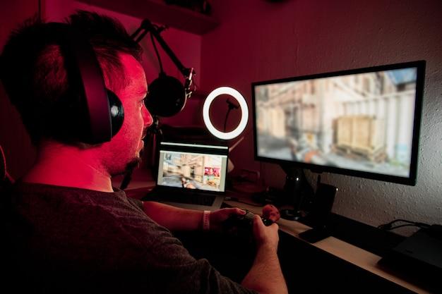 Um jogador tocando e transmitindo ao vivo com microfones e câmeras