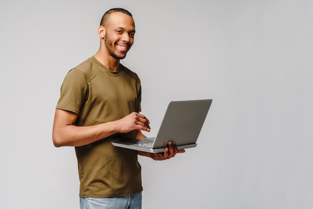 Um jovem afro-americano trabalhando com um laptop