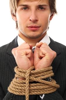 Um jovem amarrado com corda