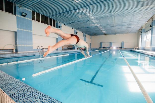 Um jovem atleta treina e se prepara para competições de natação na piscina. estilo de vida saudável.