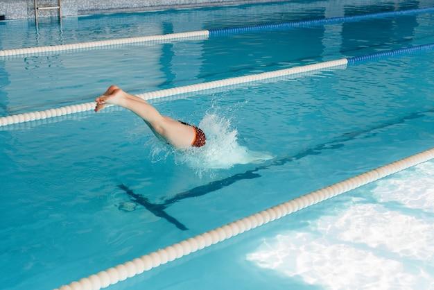 Um jovem atleta treina e se prepara para competições de natação na piscina