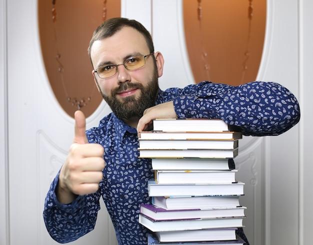 Um jovem barbudo com livros didáticos para estudar