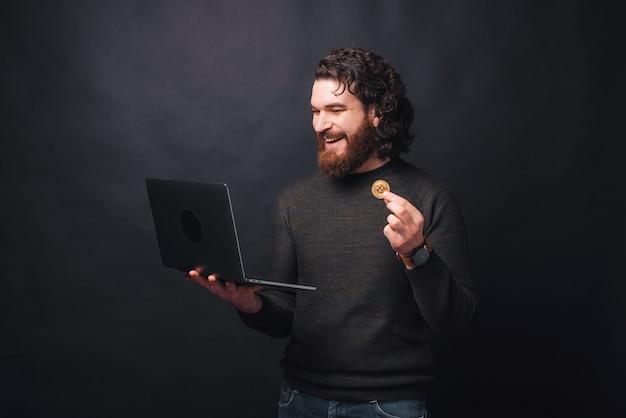 Um jovem barbudo está comprando algo com bitcoin