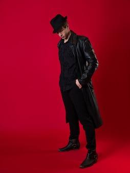 Um jovem carismático em roupas pretas o herói de uma história noir