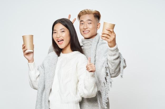 Um jovem casal alegre de homem asiático e mulher com estilo elegante