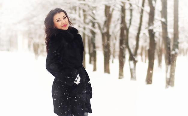 Um jovem casal apaixonado em uma caminhada em um parque de neve